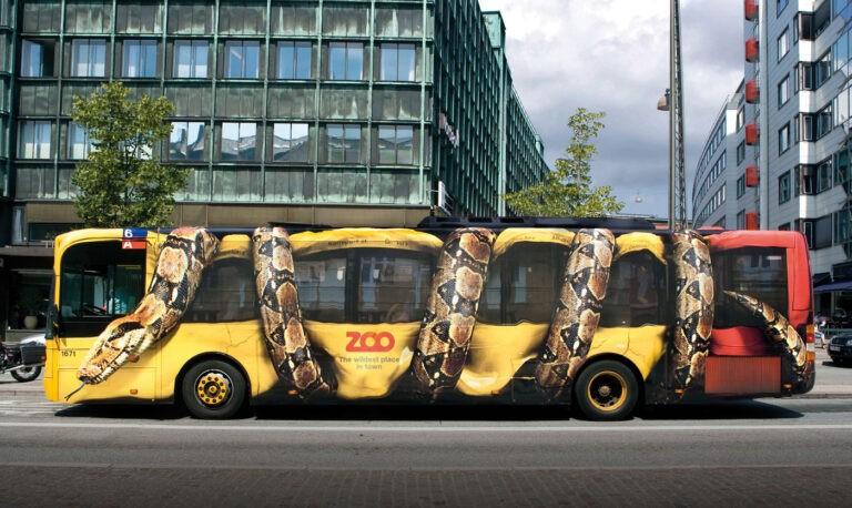 Opvallend offline adverteren. Als deze bus voorbij rijdt wil je ongetwijfeld ook naar de dierentuin